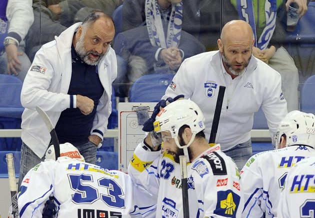 Brněnští trenéři Vladimír Kýhos (vlevo) a Karel Beran udílejí pokyny svým svěřencům.
