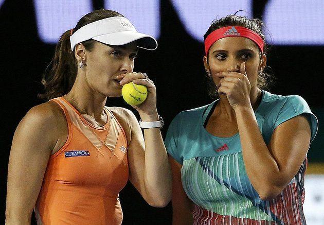 Světové deblové jedničky - Švýcarka Martina Hingisová (vlevo) a Indka Sania Mirzaová.
