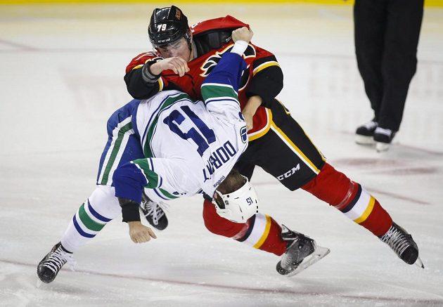 Bitku na ledě viděli i diváci v Calgary, kde se v pěstním souboji představili Derek Dorsett (vlevo) z Vancouveru a domácí Micheal Ferland.