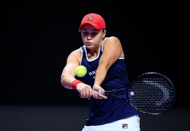 Australanka Ashleigh Bartyová během výměny v utkání s Petrou Kvitovou na Turnaji mistryň.