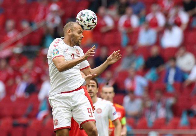 Dánský fotbalista Martin Braithwaite v akci během osmifinále EURO.