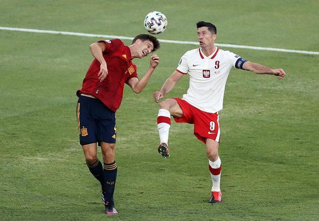V souboji o míč Španěl Aymeric Laporte (vlavo) a polský kanonýr Robert Lewandowski.