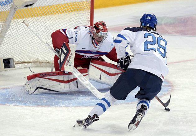 Finský hokejista Patrik Laine se snaží překonat českého gólmana Víta Vaněčka v utkání na MS hráčů do 20 let.