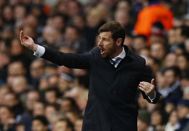 Manažer Tottenhamu André Villas-Boas udílí na White Hart Lane pokyny svým svěřencům.