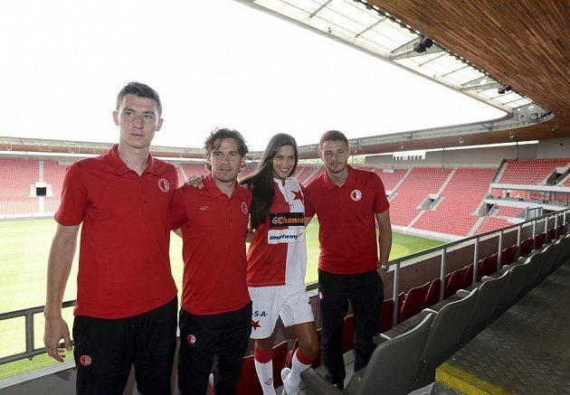 Fotbalisté Slavie zapózovali společně s modelkou Anetou Vignerovou na stadiónu v Edenu. Zleva hráči Jaromír Zmrhal, Karol Kisel a Marcel Gecov.