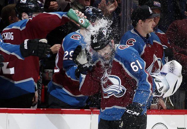 Hokejisté Colorada Avalanche připravili pro mladého českého útočníka Martina Kauta zajímavou odměnu za jeho premiérový gól v NHL. U střídačky dostal sprchu.