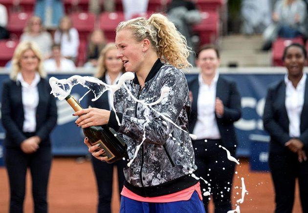 Dojatá Siniaková otevírá po finálovém triumfu šampaňské.