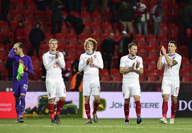 Čeští hráči děkují fanouškům po utkání. Zleva Jiří Pavlenka, Matěj Vydra, Alex Král, Vladimír Coufal a Marek Suchý.