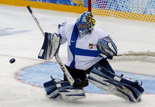 Brankářka ženského hokejového týmu Noora Raty zasahuje v utkání olympijského turnaje proti silným Američankám.
