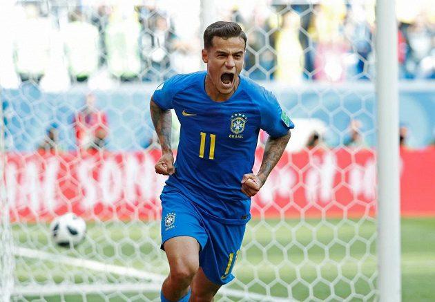 Brazilec Philippe Coutinho slaví úvodní gól proti Kostarice.