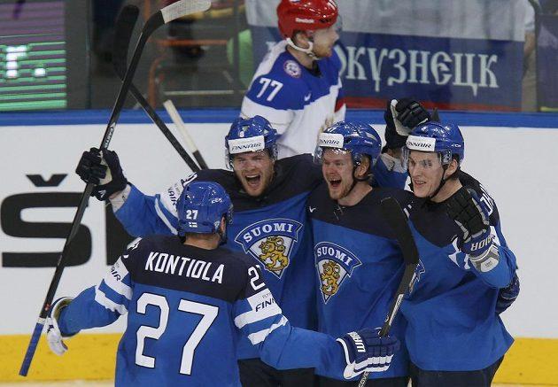 Finská radost! Střelec prvního gólu Seveřanů Iiro Pakarinen (druhý zleva), Petri Kontiola (vlevo), Ville Lajunen a Atte Ohtamaa (vpravo).