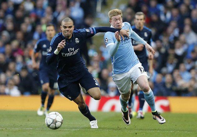 Kevin De Bruyne (vpravo) z Manchesteru City svádí běžecký souboj s Pepem.