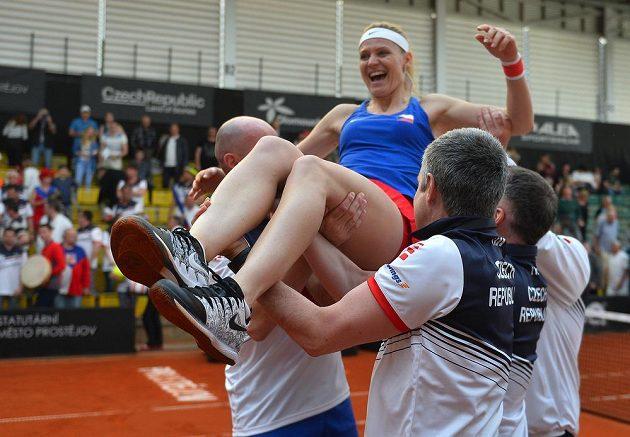 Lucie Šafářová dostává hobla po zápase, v němž s Barborou Krejčíkovou porazily Kanaďanky Gabrielu Dabrowskou a Sharon Fichmanovou. Pro Šafářovou to byl poslední zápas za reprezentaci, po Roland Garros ukončí kariéru.
