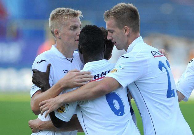 Fotbalisté Ostravy se radují z gólu v brněnské síti. Zleva obránce Michal Frydrych, záložník Derrick Mensah a stoper Jan Baránek.
