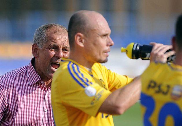 Trenér Jihlavy Petr Rada uděluje pokyny Václavu Kolouškovi.