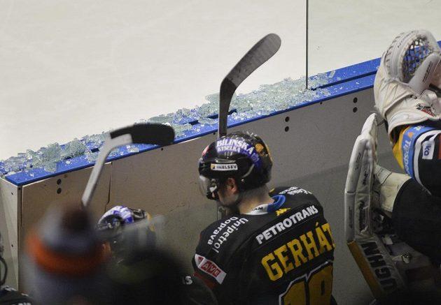 Rozbité plexisklo po jednom ze soubojů v duelu Plzně s Litvínovem.