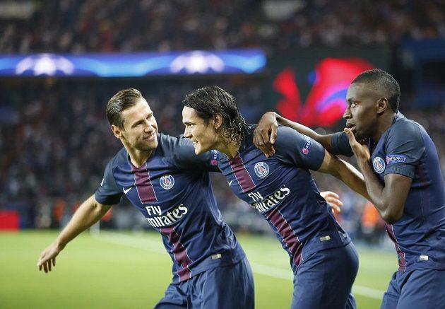 Střelec úvodního gólu Edinson Cavani (uprostřed) z PSG se raduje se spoluhráči.