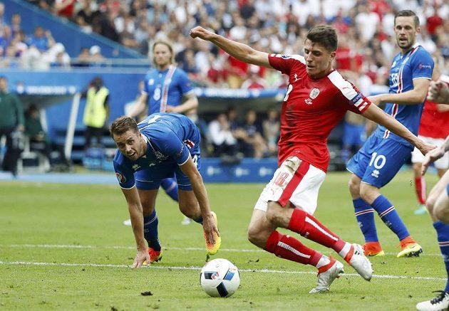 Rakouský záložník Alessandro Schöpf střílí vyrovnávací gól proti Islandu.