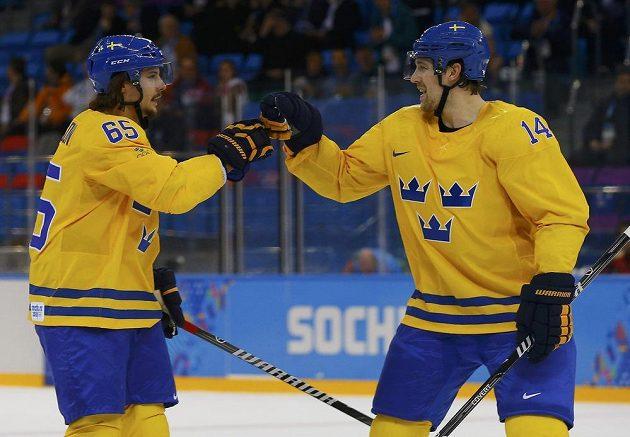 Švédský útočník Patrik Berglund (vpravo) slaví se spoluhráčem Erikem Karlssonem gól proti Lotyšsku.