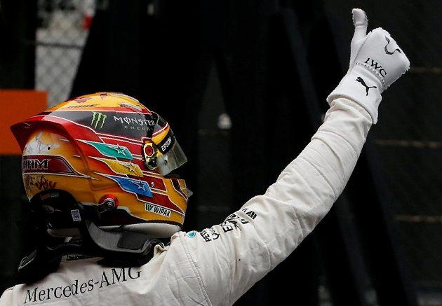 Pilot Mercedesu Lewis Hamilton oslavuje kvalifikační triumf v Suzuce.