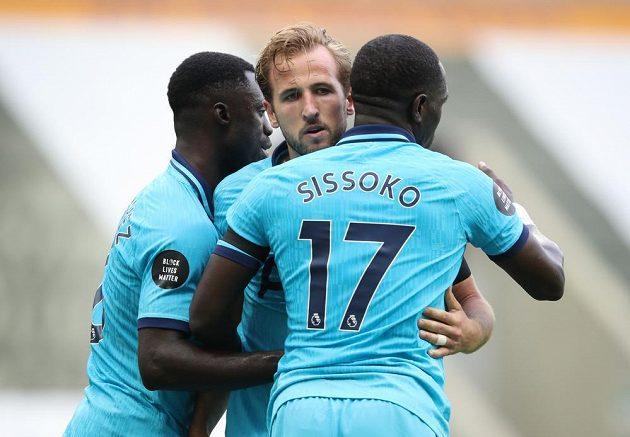 Radost fotbalistů Tottenhamu Hotspur na půdě Newcastlu. Harry Kane slaví 200. gól v kariéře.