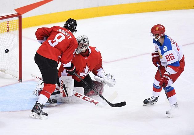 Ruský útočník Nikita Kučerov (86) překonává brankáře Kanady Careyho Price (31). Nezabránil tomu ani přihlížející obránce Drew Doughty (8).
