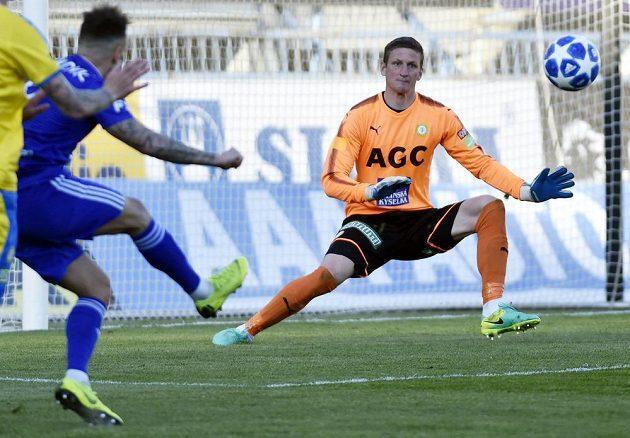 Milan Lalkovič z Olomouce se marně pokouší vstřelit gól brankáři Teplic Tomáši Grigarovi.