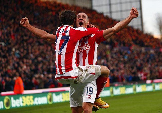 Bojan Krkič (zády) a Jonathan Walters ze Stoke City slaví gól v síti Arsenalu.
