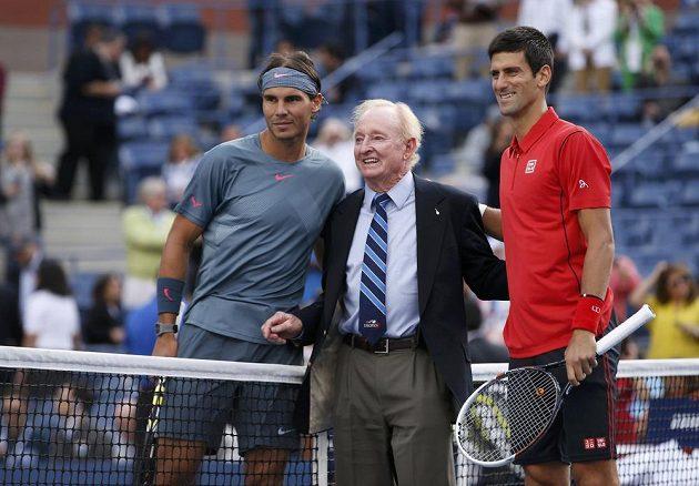 Finalisté US Open 2013 Rafael Nadal (vlevo) a Novak Djokovič (vpravo). Mezi nimi tenisová legenda Rod Laver.
