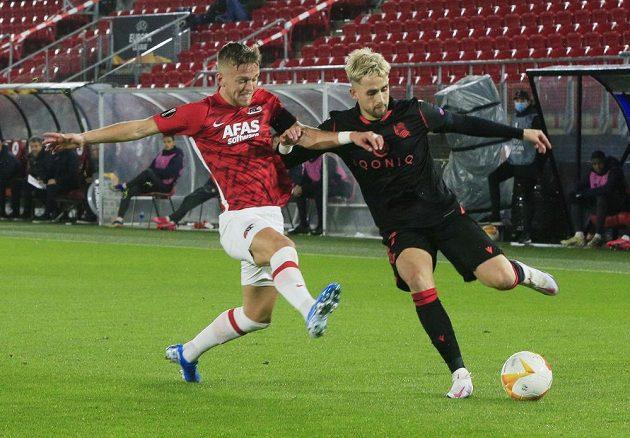 Jesper Karlsson z Alkmaaru a Adnan Januzaj ze San Sebastianu.