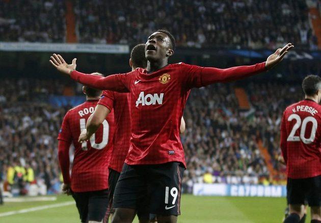 Útočník Manchesteru United Danny Welbeck (s číslem 19) oslavuje se spoluhráči gól do sítě Realu Madrid.