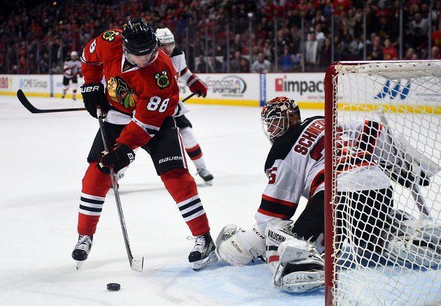 Vedoucí muž kanadského bodování NHL chicagský Patrick Kane (88) se snaží překonat Schneidera v brance Devils.