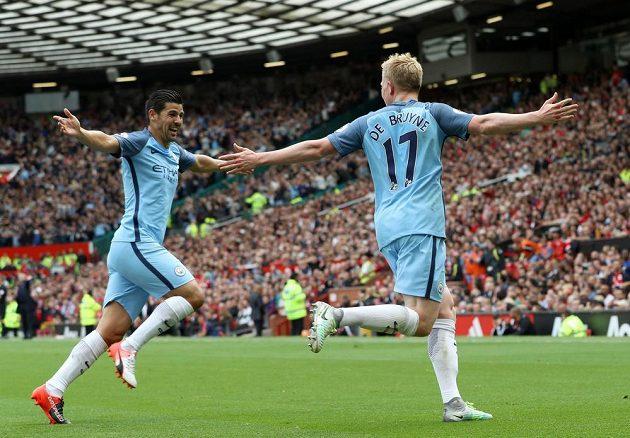 Záložník Citizens Kevin De Bruyne (vpravo) a Nolito se radují z vedoucí branky belgického fotbalisty na Old Trafford.