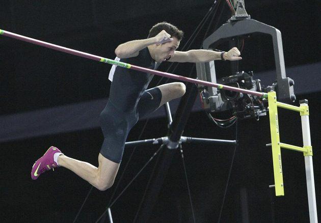 Francouzský tyčkař Renaud Lavillenie překonává na halovém mítinku v Doněcku laťku ve výšce 616 cm.
