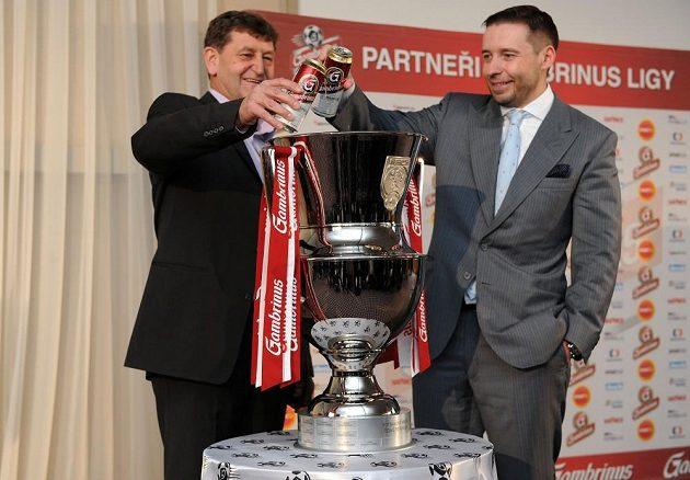 Sportovní manažer Prazdroje Jan Kovář (vlevo) a Dušan Svoboda křtí novou trofej pro vítěze Gambrinus ligy.