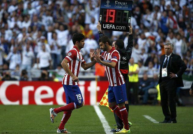 Problém pro Atlético: Diego Costa (vlevo) opouští záhy hřiště, ve finále LM jej nahradil Adrian Lopez.