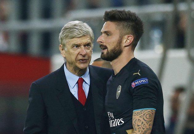 Trenér Arséne Wenger (vlevo) a hrdina zápasu s Olympiakosem Olivier Giroud.