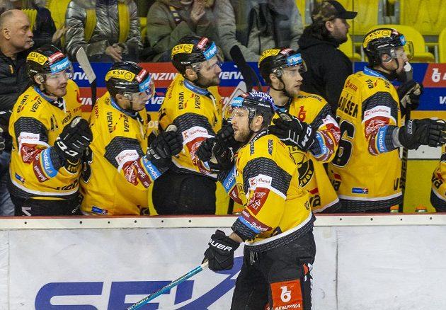 Tomáš Pospíšil z Litvínova se raduje se spoluhráči z gólu.