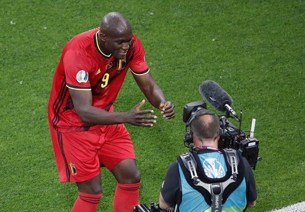 Belgičan Romelu Lukaku se raduje z gólu proti Rusku.