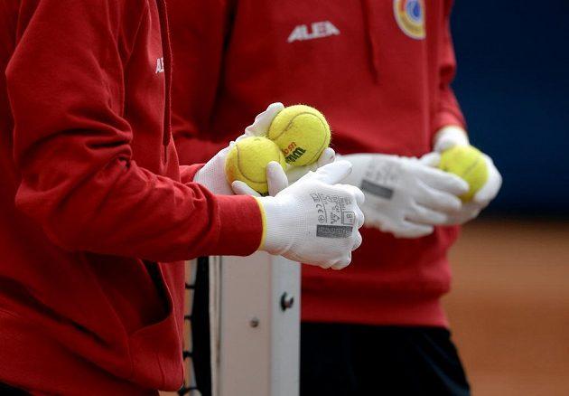 Podavači míčků s rukavicemi na ochranu proti koronaviru během turnaje v Praze