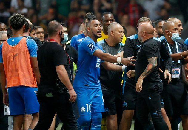 Fotbalista Dimitri Payet z Olympique Marseille v akci během duelu francouzské ligy v Nice. Zápas se kvůli výtržnostem nedohrál, došlo o i k potyčce realizačních týmů.
