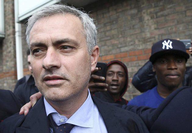 José Mourinho opouští soud v Londýně.
