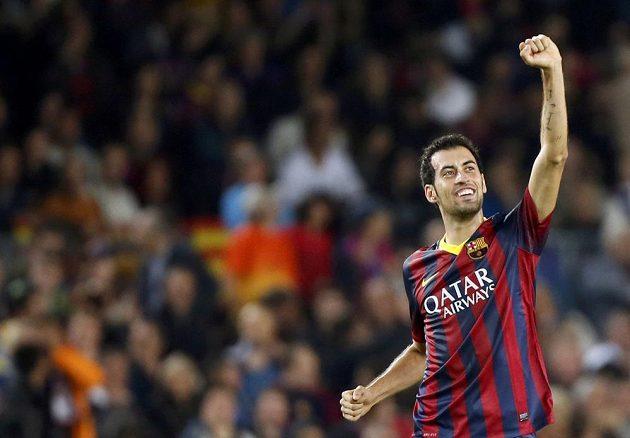 Sergio Busquets oslavuje svůj gól v utkání s AC Milán.