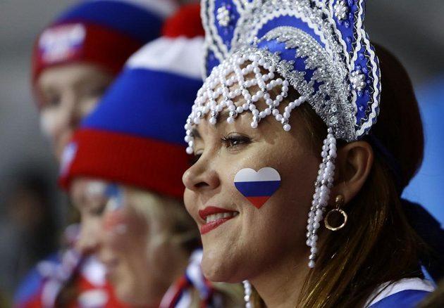 Fanynka ruských hokejistů během finále olympijského turnaje.