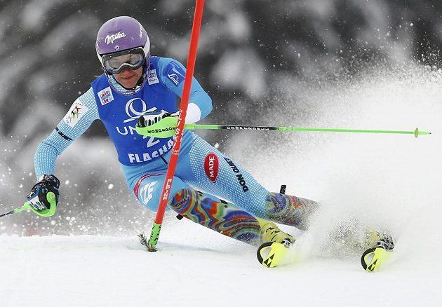 Šárka Strachová projíždí brankou při slalomu SP ve Flachau.