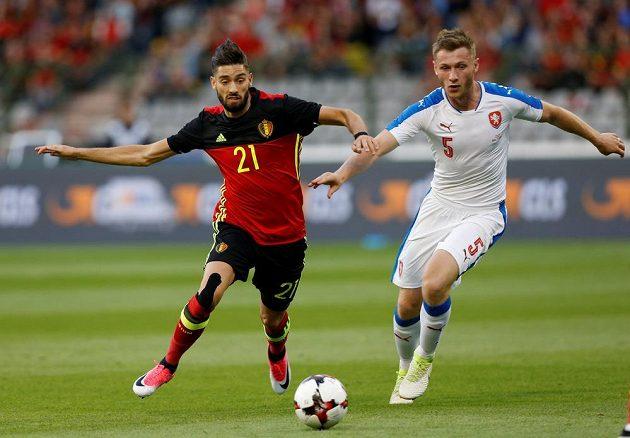 Belgičan Yannick Carrasco v souboji s Jakubem Brabcem.