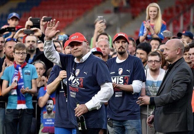 Trenér Viktorie Plzeň Miroslav Koubek, Marián Čišovský a Adolf Šádek slaví spolu s fanoušky mistrovský titul.
