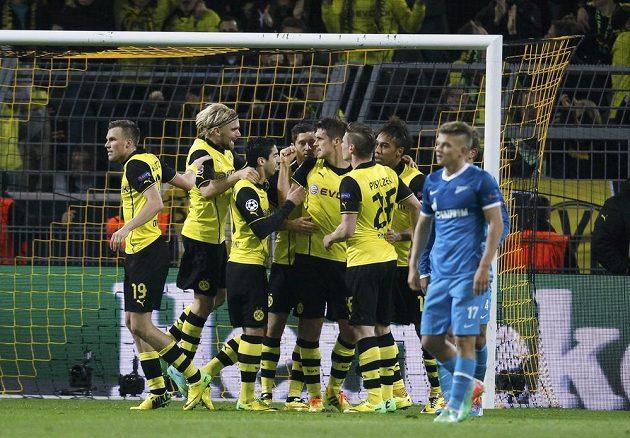 Fotbalisté Borussie Dortmund se radují z gólu, který vstřelili Petrohradu v osmifinále Ligy mistrů.