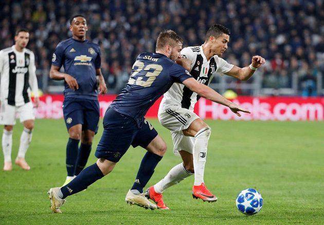 Hvězda Juventusu Cristiano Ronaldo v akci během utkání Ligy mistrů s Manchesterem United.