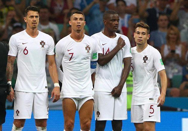 I podle vytažených trenýrek poznáte, který z hráčů na fotce je Portugalec Cristiano Ronaldo.